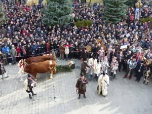 Mii de suceveni au urmărit parada obiceiurilor de iarnă de la Suceava