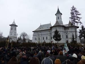 """Credincioşii s-au adunat după Sfânta Liturghie în jurul altarului de gheață din curtea Bisericii """"Sf. Gheorghe"""" din comună"""