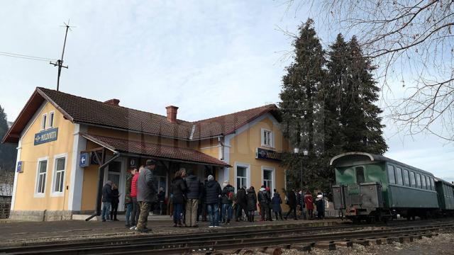 Peronul Gării Moldovița s-a umplut de turişti de la primele ore ale zilei de Bobotează