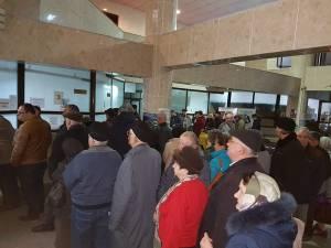 Sute de suceveni s-au grăbit să se achite taxele şi impozitele din prima zi de plată