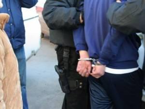 Până la sosirea poliţiştilor bărbatul a ameninţat că o va omorî pe soţia sa, așa că a fost încătuşat și internat în Secţia de Psihiatrie. Foto www.b365.ro