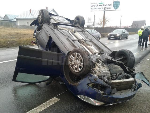 Femeia de la volan a pierdut controlul direcţiei și a acroşat malul de pământ de pe marginea drumului