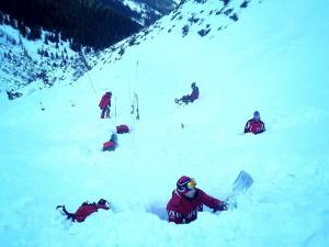 Salvamontiști din mai multe județe continuă căutările alpinistului dispărut în avalanșa din Călimani