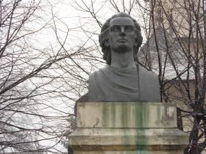 Bustul din bronz al lui Mihai Eminescu a fost dezvelit în 1992