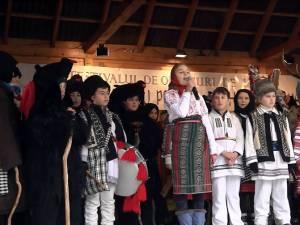 Copiii din Drăguşeni au deschis Festivalul obiceiurilor de iarnă pe stil vechi