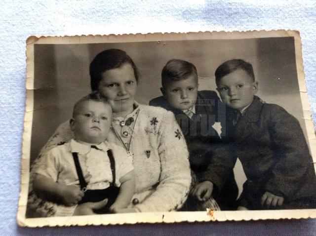 Mama Barbara cu cei trei copii (Adolf este cel ţinut în braţe)