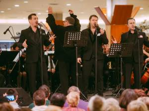 Sute de persoane au petrecut seara de duminică la Iulius Mall, în compania trupei Distinto şi a Filarmonicii Botoşani