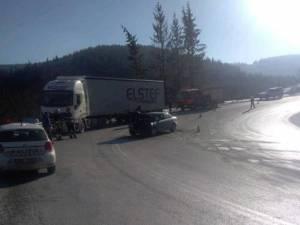 Accidentul s-a petrecut marți, în jurul orei 11,40, pe DN 17, pe sensul de urcare pe Mestecăniș, dinspre Valea Putnei