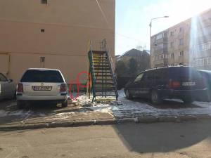 Un tobogan dintr-un loc de joacă de pe strada Avântului se termină într-un bloc