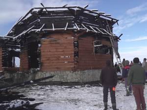 În urma incendiului au rămas câțiva pereţi ai bisericii, care trebuiesc acum demolaţi