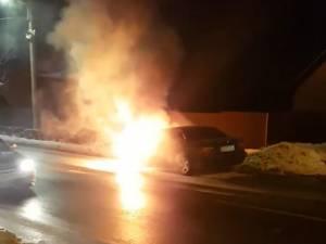 Un autoturism aflat marţi seara în trafic prin cartierul Iţcani a fost cuprins de flăcări