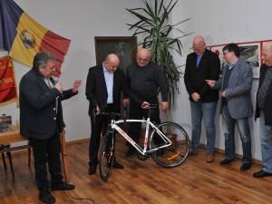 Marius Ursaciuc şi Sorin Poclitaru i-au dăruit autorului o bicicletă