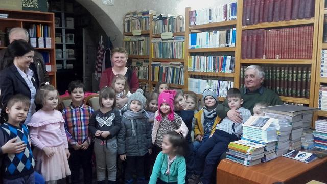 Micuţilor de la Grădiniţa cu Program Normal Obcini le-a citit cunoscutul şi îndrăgitul autor de cărţi de poveşti şi teatru adaptat după Ion Creangă, profesorul Gheorghe Solcan