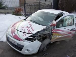 Autoturismul Renault a lovit bordura și a acroşat Mercedesul aflat în parcare