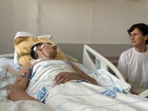Mama tânărului, Iulia Hîncu, îl veghează permanent la spital şi speră la o minune prin care creierul fiului ei să se refacă
