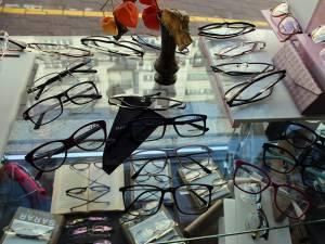 Clienţii au la dispoziţie o gamă foarte variată de rame de ochelari, pentru toate buzunarele
