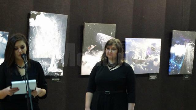 """Criticul de artă Delia Ioana Leizeriuc și Diana Dimitriu, la vernisajul expoziţiei """"Povești de suflet"""""""