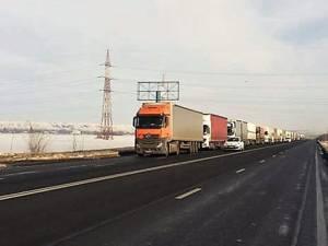 Coada de tiruri în Vama Siret s-a întins pe kilometri întregi la sfârșit de săptămână