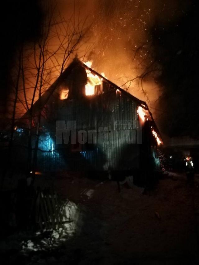 Incendiul a cuprins întreaga casă de locuit și o anexă