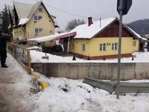 Autoturismul a distrus balustrada, a sărit peste albia unui pârâu şi a plonjat pe terasa barului din curte