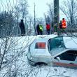 Două persoane au fost salvate de pompieri, după ce au alunecat cu mașina într-o râpă