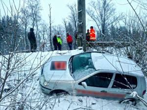 In urma unei manevre gresite, autoturismul a alunecat intr-o rapa adanca de 6 metri