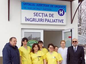 Preşedintele Gheorghe Flutur, managerul Vasile Rîmbu, directorul de îngrijiri Doina Chirap, cu o parte din colectivul secţiei de îngrijiri paliative