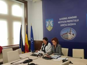 Prefectul Mirela Adomnicăi (dreapta) a anunţat că pentru 115 proiecte PNDL au fost semnate contractele de finanţare