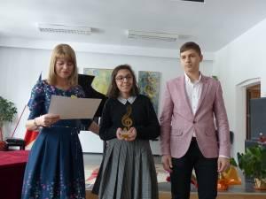 Directoarea adjunctă Elena Istrate, câştigătoarea Ruxandra Cosmovici şi Oliviu Bobu, câştigătorul din 2017