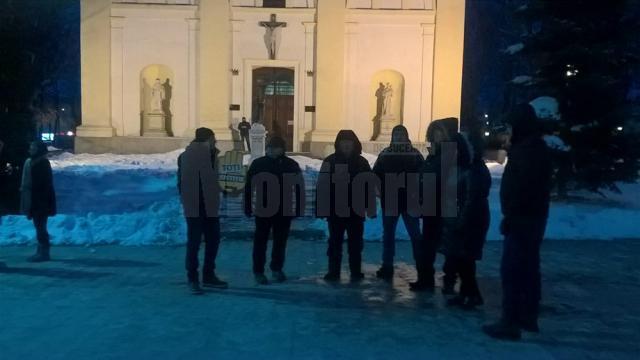 Duminică seara, în faţa Palatului Administrativ se aflau circa 25 de persoane