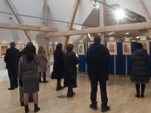 """Expozitie de grafică """"Chipuri ale sfinţeniei"""", la Muzeul de Istorie al Bucovinei"""