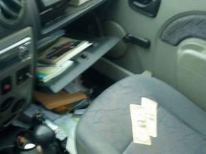 Taximetristul a găsit torpedoul răvăşit și cele două bancnote de câte 1 dolar, lăsate de hoț pe scaunul din dreapta față