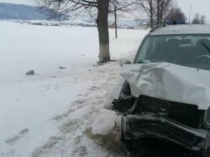 Din cauza neadaptării la condiţiile de drum, maşina a fost scăpată de sub control și a intrat într-un copac