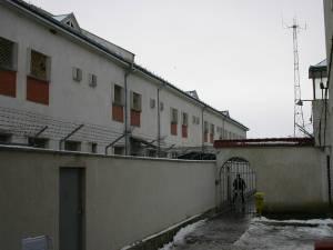 Bărbatul a fost dus de poliţişti, sub escortă, la Penitenciarul Botoşani