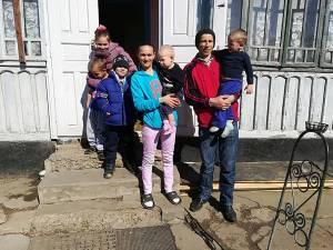 Familia Huțan, ajutată de mulți oameni, după ce povestea lor a apărut în Monitorul de Suceava