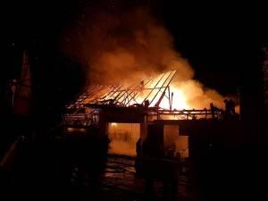Flăcările de câţiva metri înălţime ameninţau să cuprindă şi clădirile învecinate, astfel încât pompierii au avut o misiune extrem de dificilă
