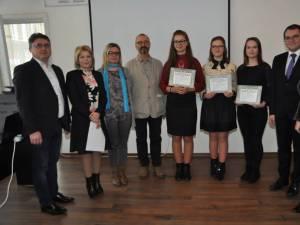 Cele trei eleve, alături de organizatori și de Victoria și Ghervazen Longher Festivitatea de premiere