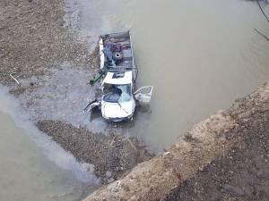 Camioneta a zburat în albia râului Suceava de la o înălţime de circa 10 metri