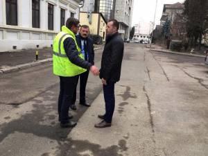 Viceprimarul Lucian Harșovschi, discutând cu constructorul, în teren, detalii despre lucrarea de refacere a străzii Vasile Bumbac