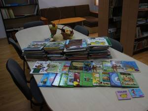 Cărţi în limba engleză şi ghiozdane, donate elevilor de la Şcoala Gimnazială Moara Nica