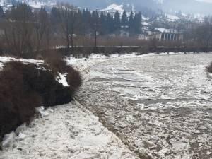 Poduri de gheaţă pe râurile din zona de munte a judeţului Suceava