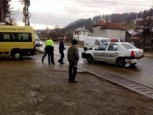 Microbuz școlar, lovit de o mașină de poliție