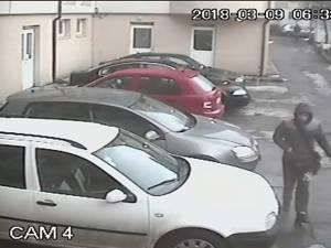 Poliţiştii încearcă să afle identitatea bărbatului din imagine