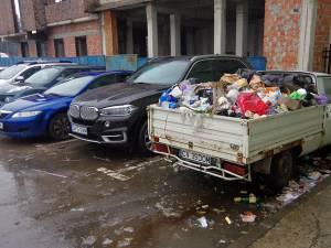 În parcarea de la Kaufland este parcată o Dacia Papuc, cu număr de Covasna, plină ochi cu gunoaie