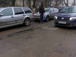 O parte substanţială din stradă s-a desprins şi a intrat în sol, formând o groapă pe care şoferii o traversează cu circumspecţie
