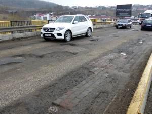 Podul din Șcheia, plin de găuri adânci, a devenit coşmarul şoferilor care tranzitează comuna