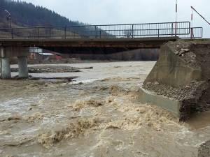 Apa a început să erodeze malul și exista riscul surpării drumului
