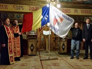 """Steagul judeţului Bistriţa-Năsăud pe care este înscris cel mai însemnat cuvânt al românilor, Unire, purtat de bistriţeanul Francisc Antal, a poposit în ziua de 15 martie în Catedrala ,,Sfânta Treime"""" din municipiul Vatra Dornei"""