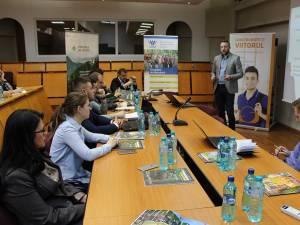 Directorul programului de Burse Schweighofer, Vasile Varvaroi, explicând importanța certificării pădurilor și companiilor