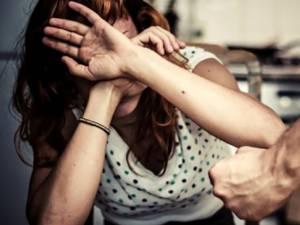 Femeia a fost amenințată şi bătută, apoi şantajată, de-a lungul câtorva luni de zile